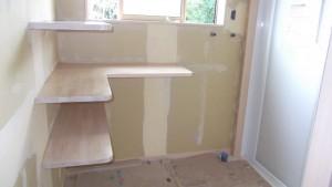 脱衣室の棚は造り付けにしました。