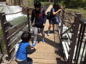 橋が結構揺れるんです。 長男君、楽しくて発狂してました。