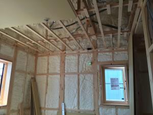 天井断熱じゃなく屋根断熱を採用しました。